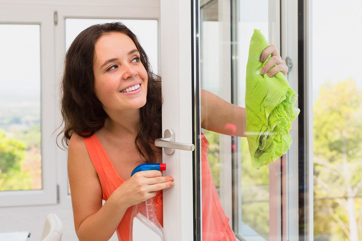 Cleaning Windows with Vinegar Without Streaks